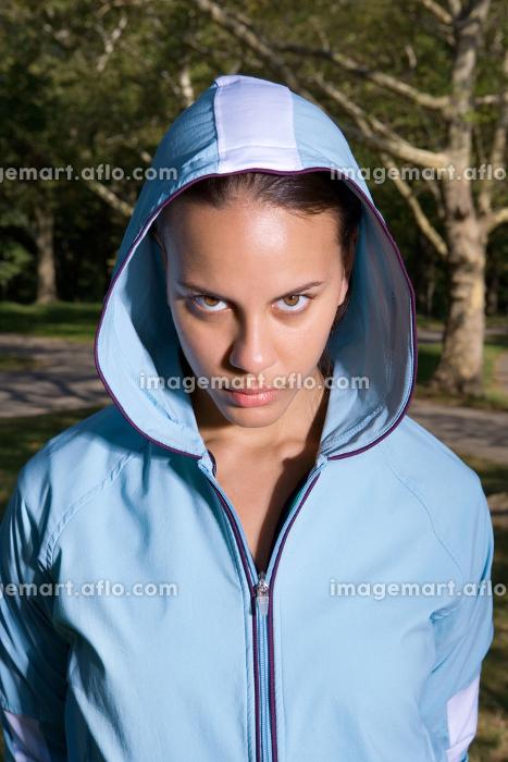 鋭い目線で見つめるフードを被った女性