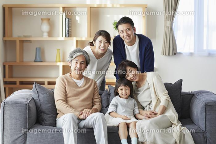 ソファでくつろぐ日本人の三世代家族の販売画像