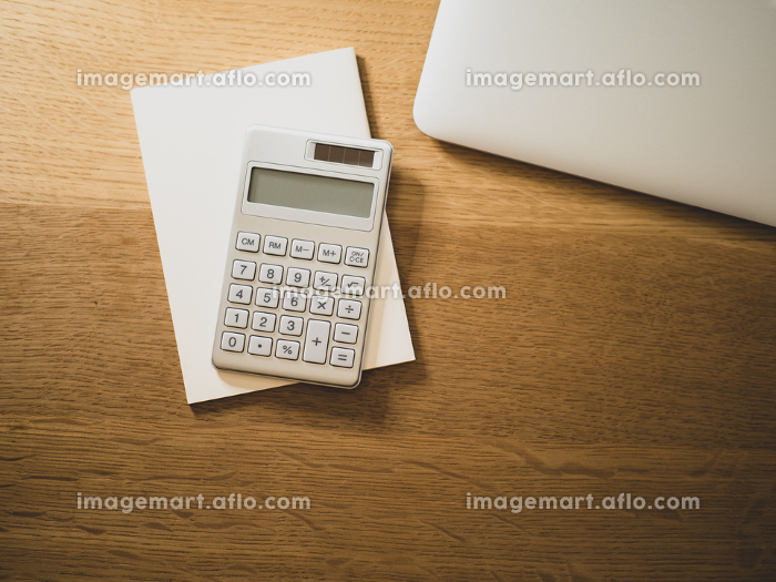 パソコンのキーボードと電卓の販売画像