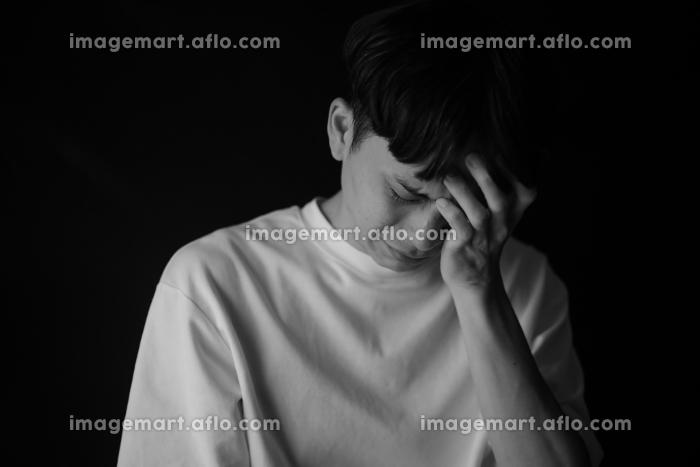 涙を流す男性の販売画像