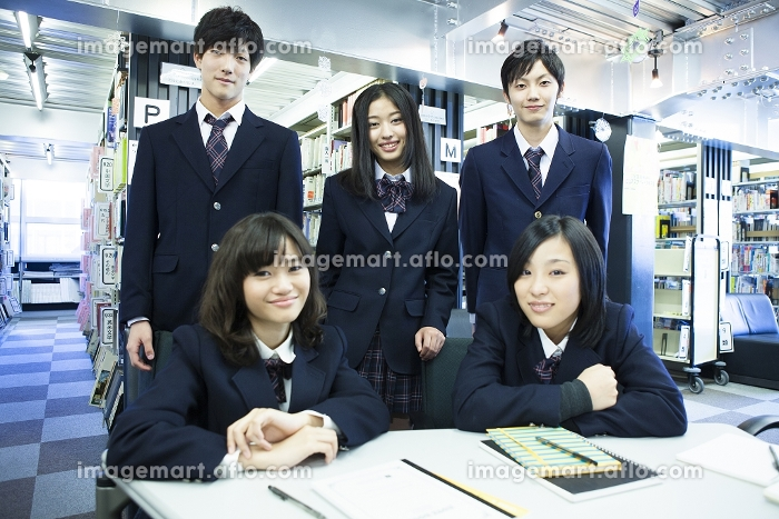 図書館で勉強す高校生たちの販売画像