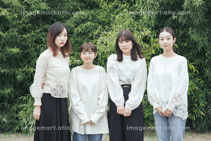 記念撮影におさまる日本人女性4人の販売画像