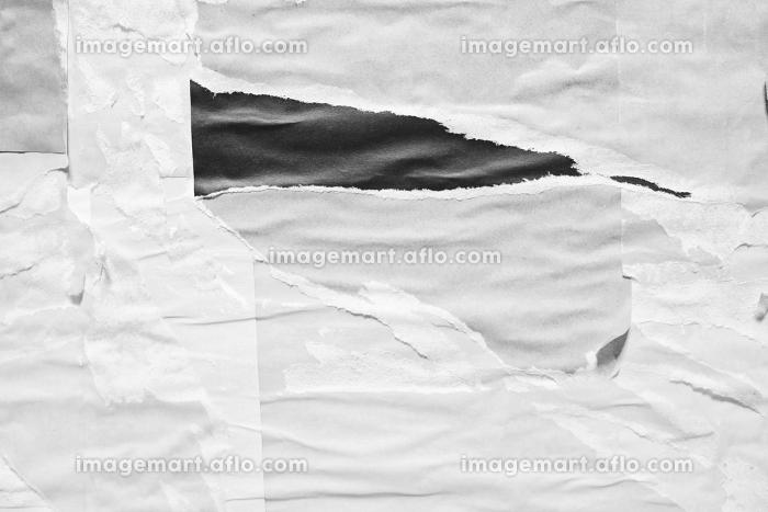 白灰色のしわくちゃな紙の背景。剥がされた紙。古くて汚れた紙のテクスチャ。灰色のテキストスペース。の販売画像
