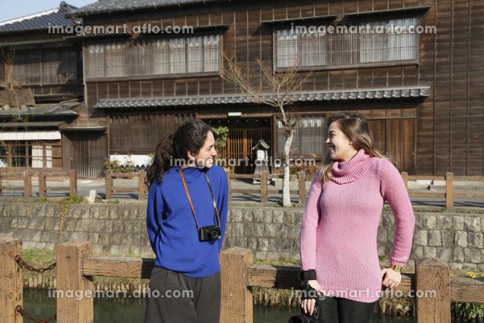 日本を旅する外国人の女の子の販売画像