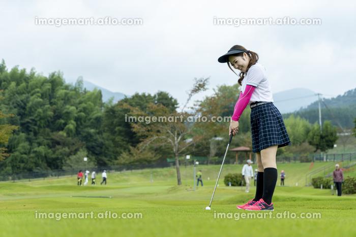 グランドゴルフを楽しむ女性の販売画像