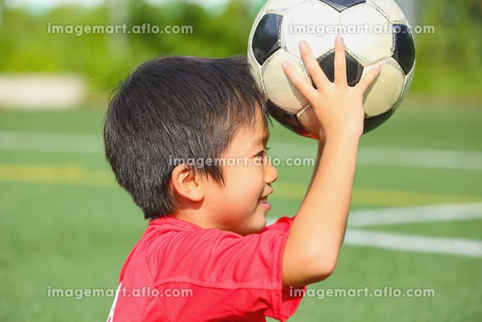 サッカーボールを持つ少年の販売画像