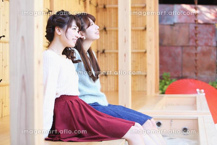 足湯を楽しむ日本人女性