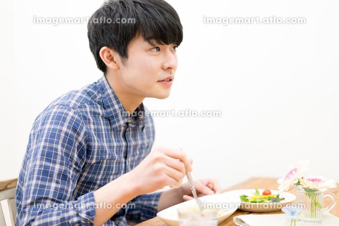 食事をする男性の販売画像