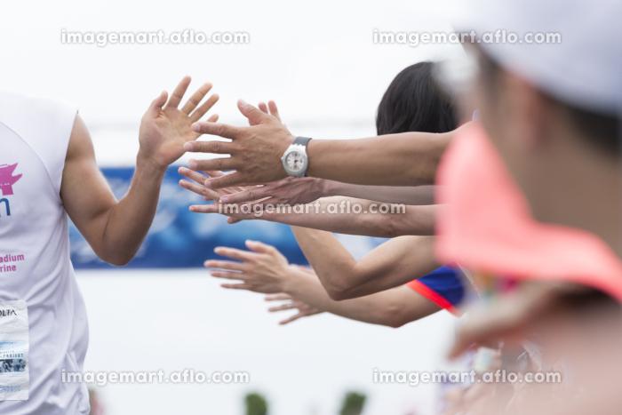 マラソンランナーのハイタッチの販売画像