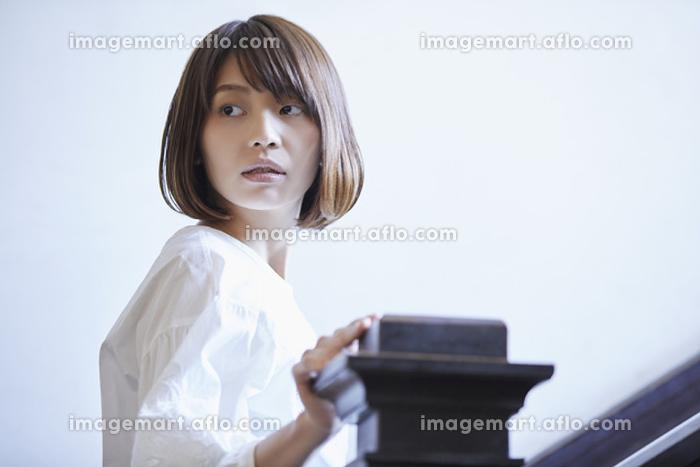 振り向く日本人女性の販売画像