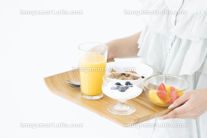 朝食を運ぶ日本人女性