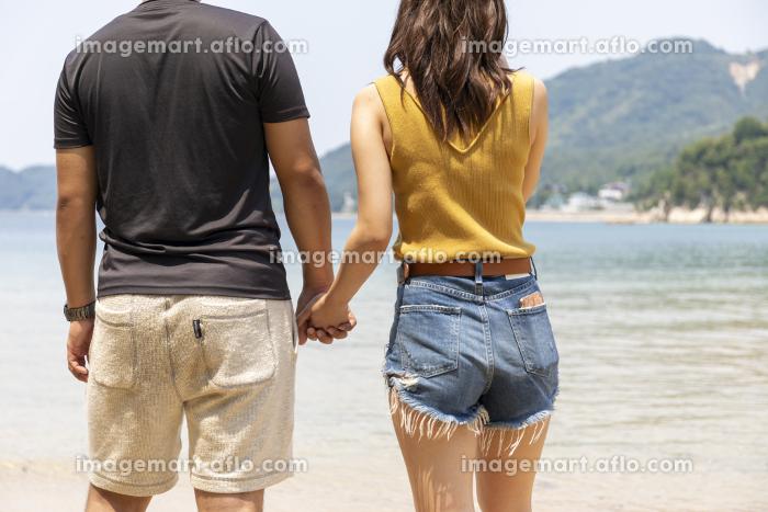 海辺でデートするカップルの販売画像