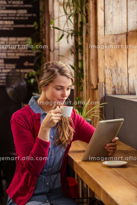Beautiful young woman using digital tabletの販売画像