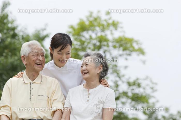 女性介護士とシニア夫婦の販売画像