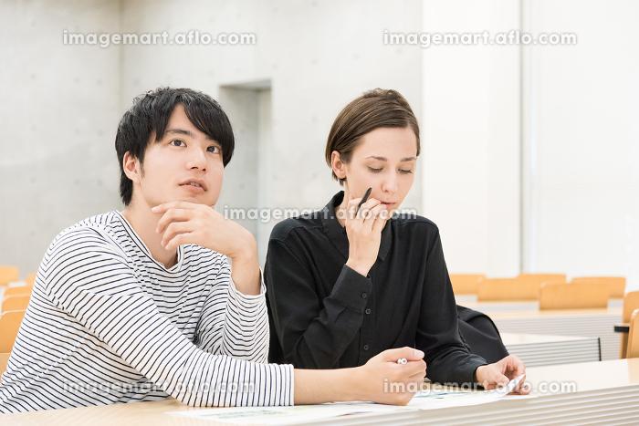 教室で勉強をする外国人の男女(国際化・留学イメージ)の販売画像