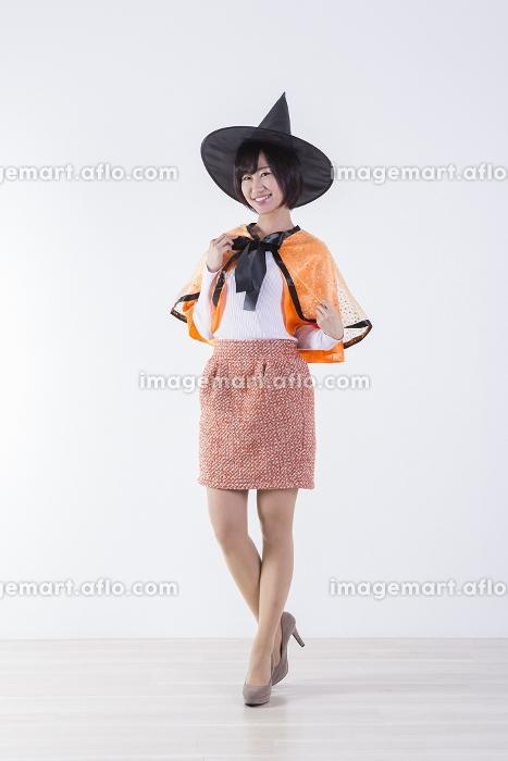 ハロウィンのコスチュームを着た女性の販売画像