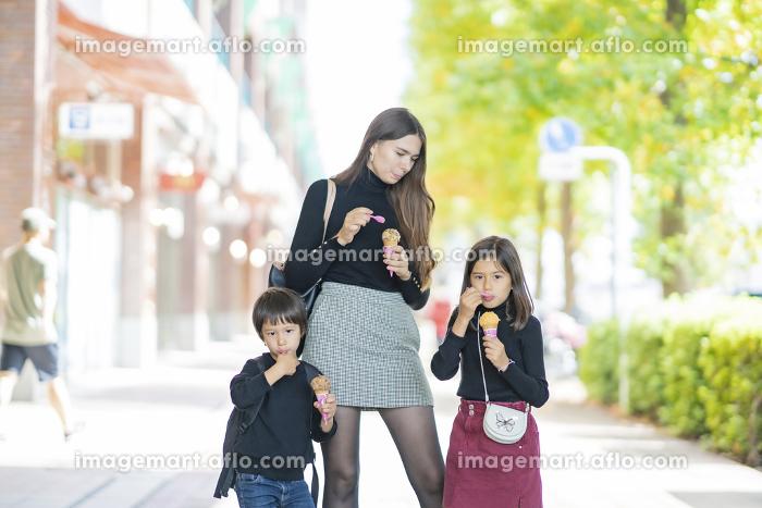 アイスクリームを食べる親子の販売画像