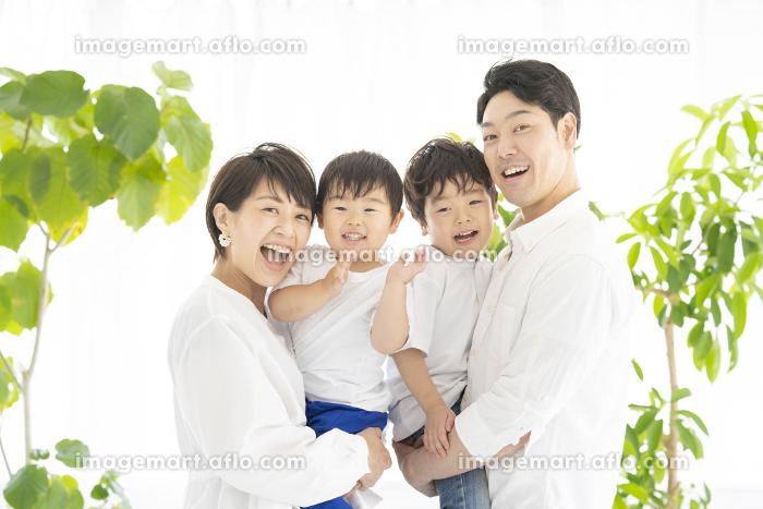 笑顔で記念撮影をする家族の販売画像