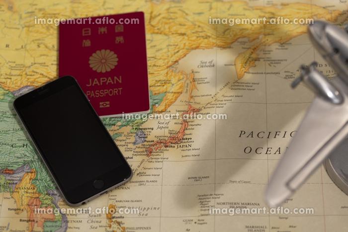 地図と携帯電話とパスポートの販売画像