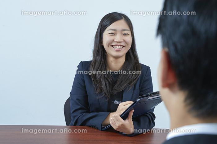 面接官の日本人女性の販売画像