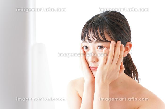 メイクをする若い女性の販売画像