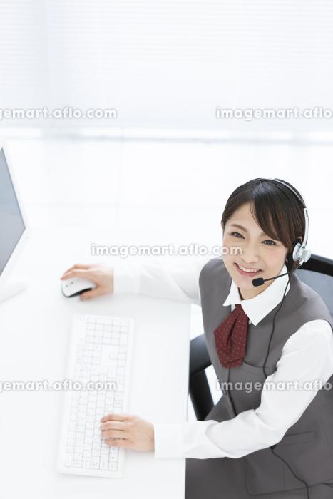インカムをつけているビジネスウーマンの販売画像
