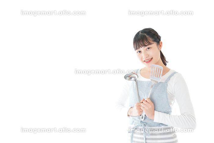 クッキングをする若い女性の販売画像