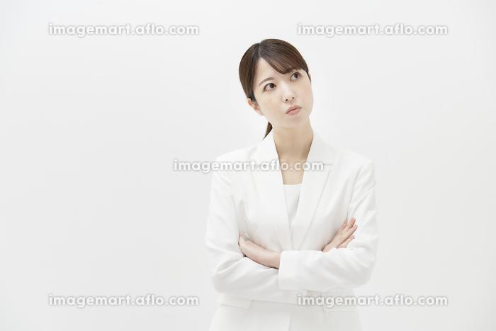 疑問を感じている表情のビジネスウーマンの販売画像