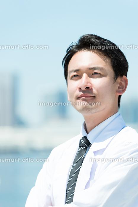 遠くを見つめる男性(医者・学者・白衣)の販売画像