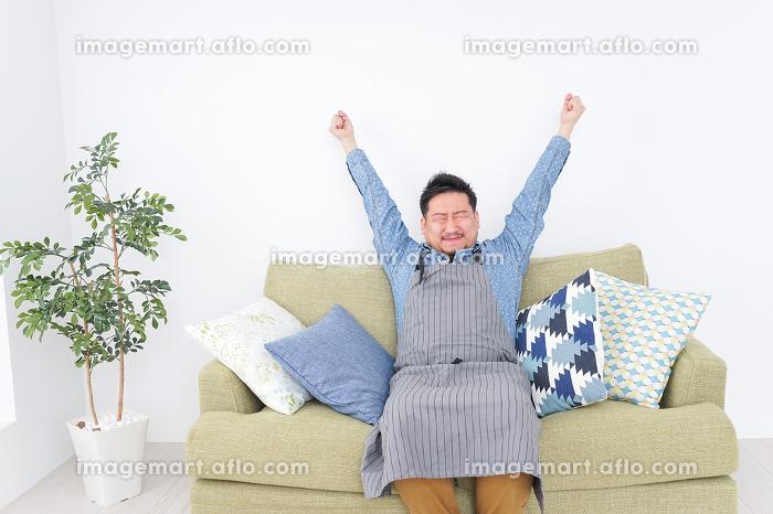 伸びをする男性の販売画像