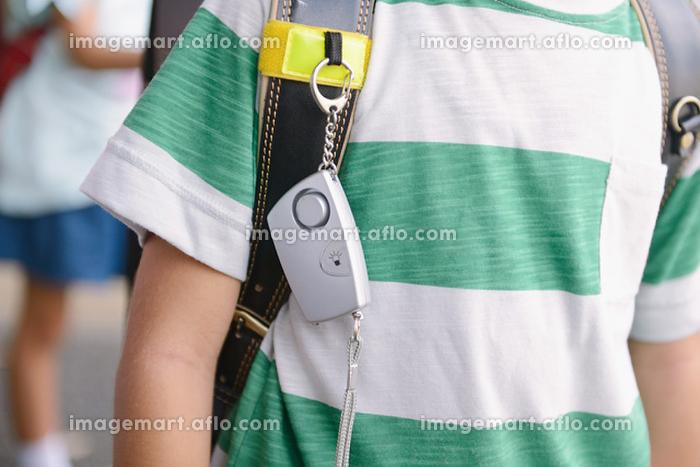 防犯ブザーをランドセルに付ける 小学生イメージの販売画像