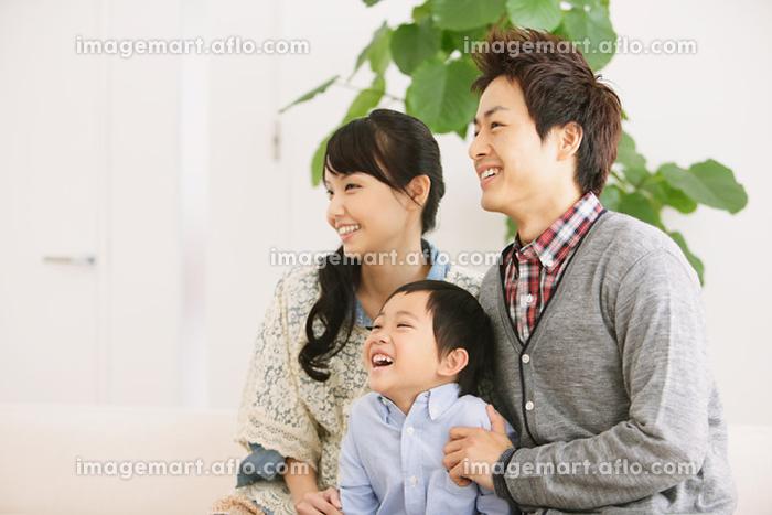 テレビを見る日本人家族の販売画像
