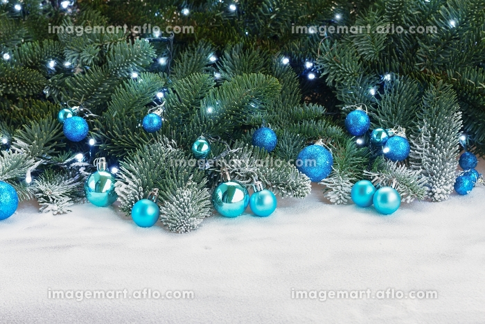 Blue christmas balls. Blue christmas balls with fir tree in snowの販売画像