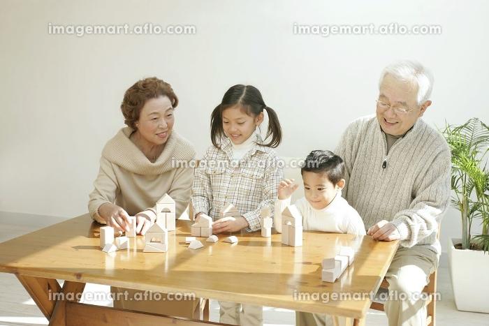 リビングルームで寛ぐ孫と祖父母
