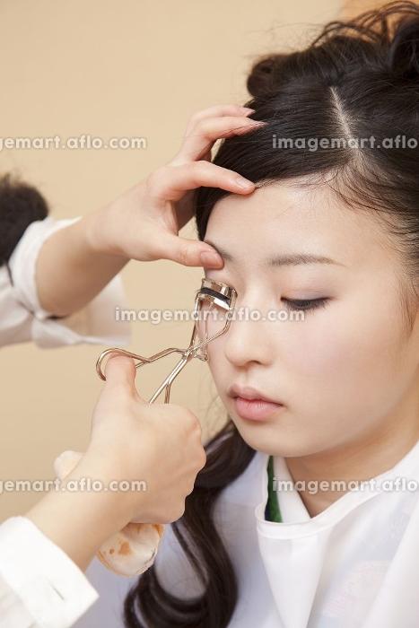 和装用のメイクをしてもらう女性の販売画像
