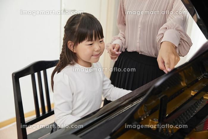 ピアノを習う女の子の販売画像