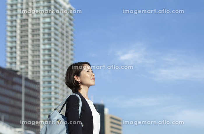 遠くを眺めているビジネスウーマンの販売画像