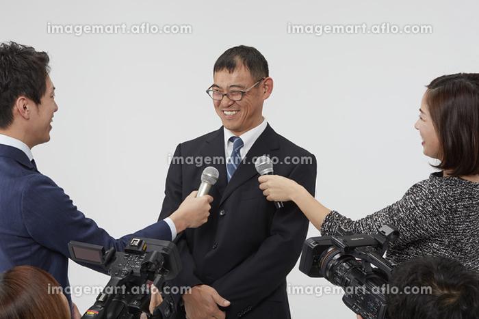 インタビュー中の日本人男性
