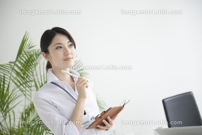 手帳を持つビジネスウーマンの販売画像