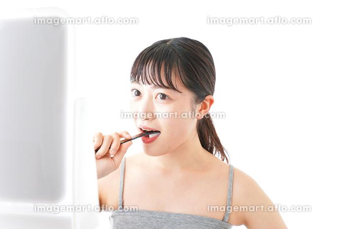 ハミガキをする女性の販売画像