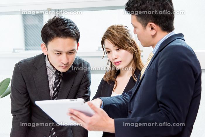 3名の会議・真剣・タブレットPCの販売画像