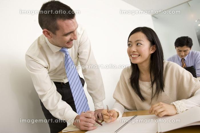 女性に英語を教える外国人講師(24005057)|イメージマート