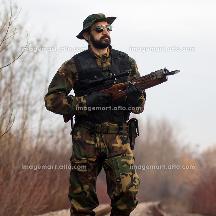 army soldier with crossbowの販売画像