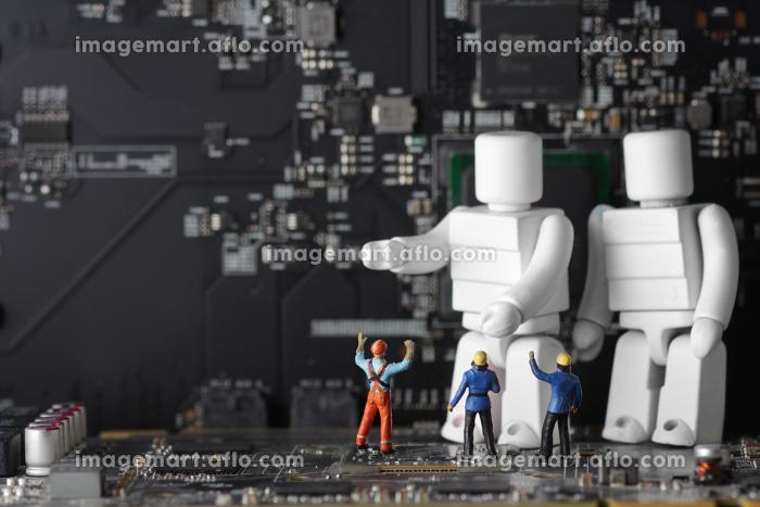 人間とAIロボットが共存する明るいコンピューターの未来社会の販売画像