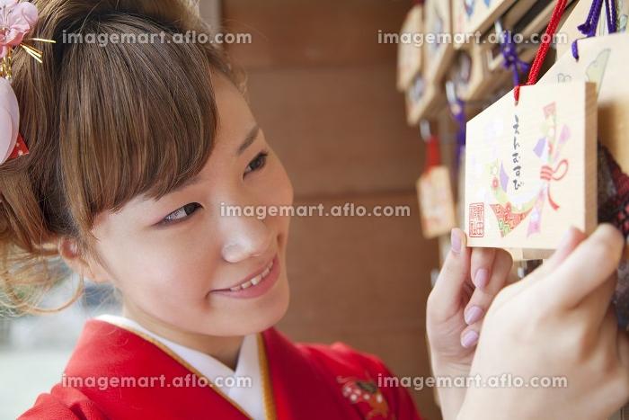 絵馬を持つ振袖姿の女性の販売画像