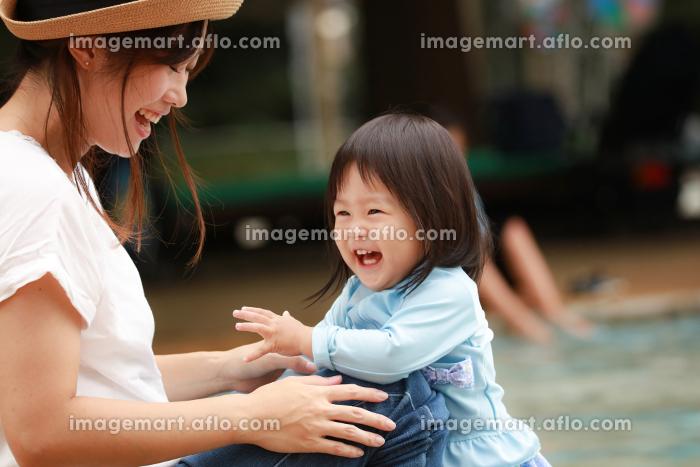水遊びする親子の販売画像