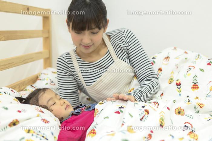 子供を寝かしつける保育士