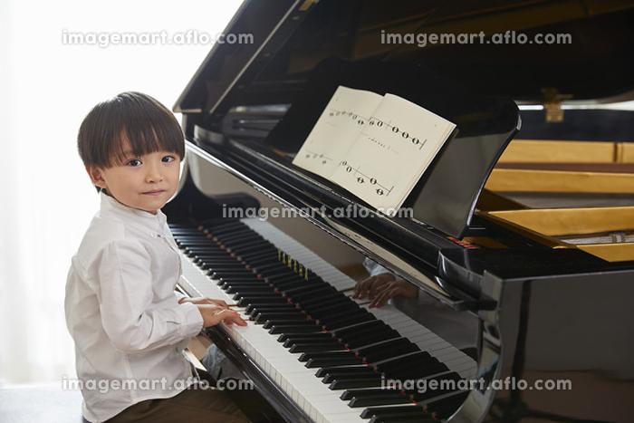 ピアノを習う男の子の販売画像