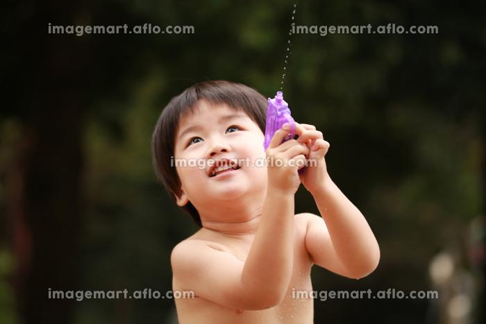 水鉄砲で遊ぶ男の子の販売画像