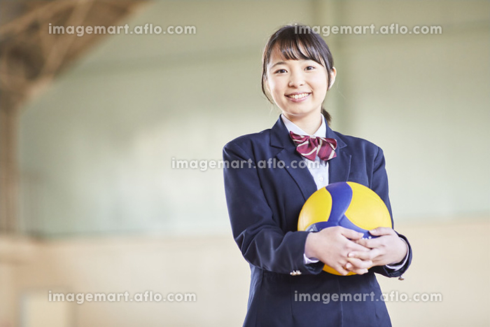 バーレーボールを持っている日本人女子高校生の販売画像